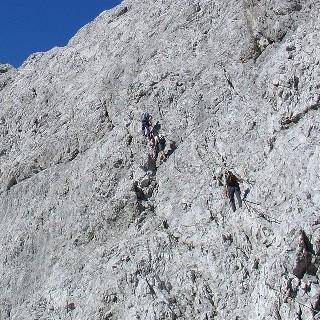 Gipfelflanke - Ein druchgehendes Drahtseil führt durch die Gipfelflanke. Vorsicht bei Altschnee!