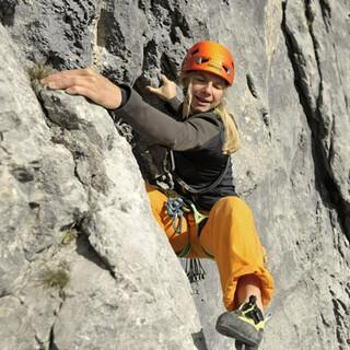 Hoch das Bein: Patricia Schanne schwingt sich durch die rauen ersten Seillängen der Fiechtl/Herzog.
