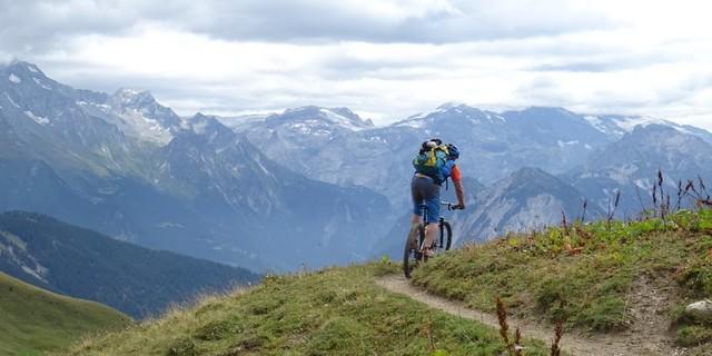 Tag 5: Vom Mont Jovet führen schmale Pfade abwärts ins Tal des Doron de Bozel.