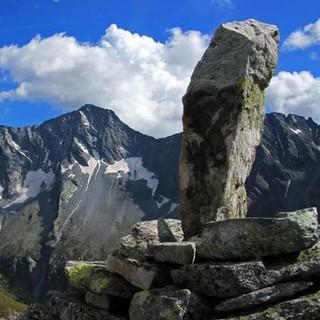 Auf dem Weg zur Hochalmspitze - Felsen nach Wunsch: Aus dem Tauerngranit lassen sich schöne Wegweiser bauen – oder die Kletterberge der Hochalmspitzgruppe.