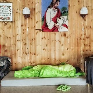 Mitunter findet man auch Unterschlupf in einem Gemeindesaal. Foto: Joachim Chwaszcza