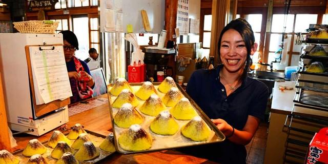 Fuji-Kuchen mit Puderzucker, der echte Fuji ist im Sommer schneefrei. Foto: Norbert Eisele-Hein