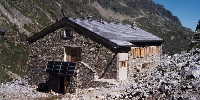 Eine ökologische Wende? – Erste Versuche mit Solarenergie. Klostertaler Umwelthütte zu Beginn der 1990er Jahre. Archiv des DAV, München