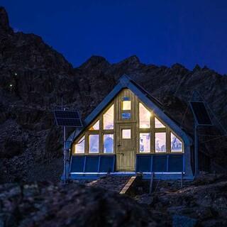 Schlichtes Quartier: Das Bivacco Boarelli bietet Bergeinsamkeit für Selbstversorger. Foto: Stefan Neuhauser