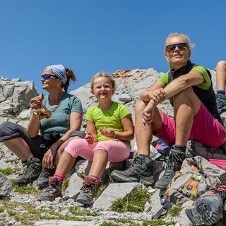 Familie beim Bergwandern