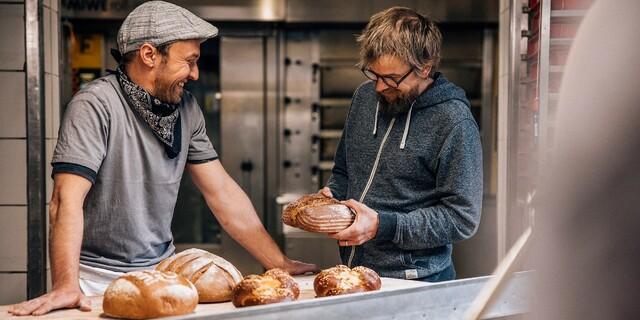 Auch die Backwaren stammen von einer Bio-Bäckerei. Foto: Martin Erd