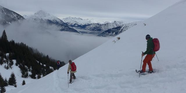 Beim steilen Abstieg von der Krinnenspitze Richtung Rauth heisst es aufpassen und sich von den Lechtaler Gipfeln nicht ablenken lassen. Foto: Thomas Krobbach
