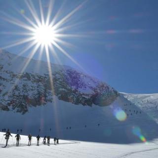 Skirunde Großvenediger: Viel Betrieb beim Anstieg zur Venedigerscharte. Foto: Stefan Herbke