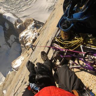 Knapp unter dem Gipfel des Cerro Torre ließ Maestri seinen Benzin-Kompressor hängen. Foto: Wikimedia/Kristoffer Szilas