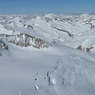 Skirunde Großvenediger: Kleinvenediger; erst von oben sieht man, wie spaltig der Aufstieg über das Obersulzbachkees ist. Foto: Stefan Herbke