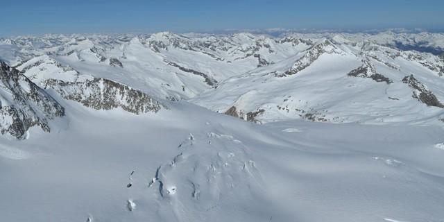 Skirunde Großvenediger: Kleinvenediger&#x3B; erst von oben sieht man, wie spaltig der Aufstieg über das Obersulzbachkees ist. Foto: Stefan Herbke