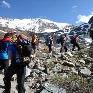 Mit großem Rucksack unterwegs über die Alpen. Bild: Sarah Kästner