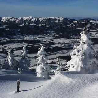 Nur am Freitag hat man gute Chancen, das verschneite Illertal bei Sonne zu genießen. Foto: M. Pröttel