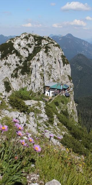 Die Tegernseer Hütte zwischen Ross- und Buchstein. Ein idealer Sützpunkt mitten in einem der besten Klettergebiete der Bayerischen Voralpen. Foto: Dagmar Steigenberger