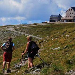 Hagener Hütte - Jause im Blick: Die Hagener Hütte auf dem Niederen Tauern bietet gastliches Quartier und Kaloriennachschub nach langem Marsch.