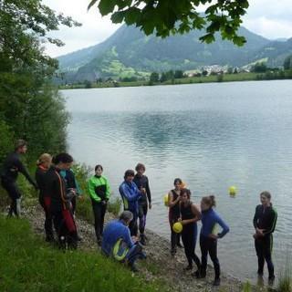 Kanugruppe bei einer kurzen Theorieeinheit am Seeufer. Foto: Claudia Wegmann