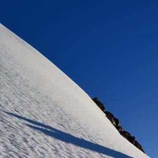 Rateau Südgrat - Bergauf! Steiler Firn und leichter Fels wechseln am Rateau-Südgrat harmonisch.