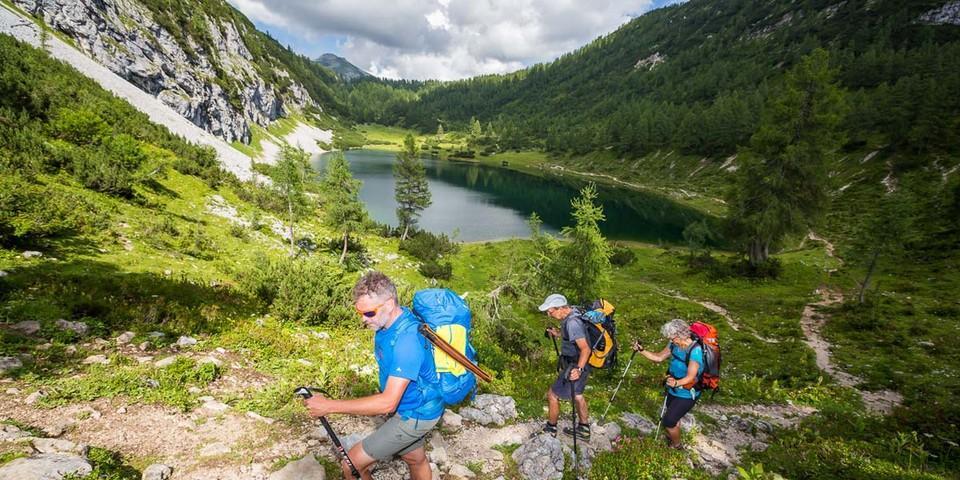 Totes Gebirge: Die letzte Etappe zur Tauplitzalm führt vorbei an einer ganzen Reihe von Seen. Foto: Iris Kürschner