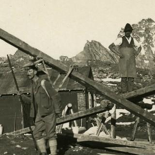 Achtung Baustelle! Firstträger bei Bau der Bonn-Matreier-Hütte, 1931. Archiv des ÖAV, Innsbruck