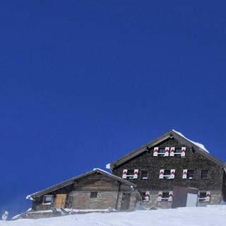 Das Aufstiegsziel der ersten Etappe vor Augen: Wetterstation und Zittelhaus am Sonnblickgipfel