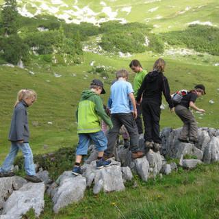 In den Bergen gibt es viel zu entdecken für die Kleinen. Foto: Andrea Wisgickl