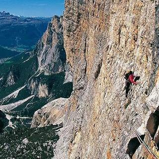 Dolomiten-Farbenpracht: In der Südwand der Cima Scotoni treibt's der Fels ganz schön bunt – und zupacken muss man auch. Foto: Ralf Gantzhorn