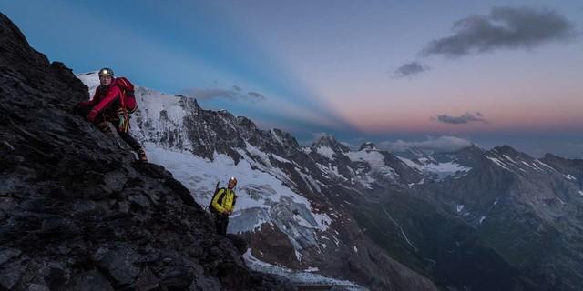Auch am Rottalgrat geht's schon zu früher Stunde felsig zur Sache – aber der Himmel verspricht einen guten Tag. Foto: Ralf Gantzhorn
