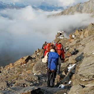 Bergsteiger*innen am Abstieg im felsigen Gelände. Foto: Solveig Michelsen