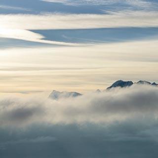 Grand Combin - So was! Über dem wolkengefüllten Val Ferret schaut der Grand Combin zur Ornyhütte