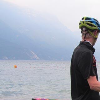 Am Gardasee - Es ist vollbracht. Nach der Zielankunft an den Gestaden des Gardasee lässt es sich so manch einer der Teilnehmer nicht nehmen, den Schweiß der vergangenen Etappen mit einem Bad wegzuspülen.