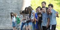 Schüler*innen bei Problemlöseaufgabe auf dem Gelände der Jubi HIndelang; Foto: Caro North