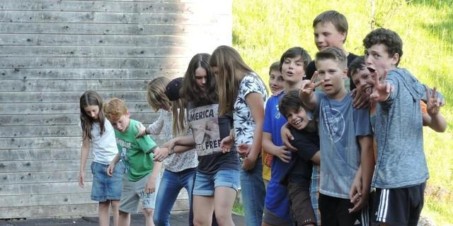 Schüler*innen bei Problemlöseaufgabe auf dem Gelände der Jubi HIndelang&#x3B; Foto: Caro North