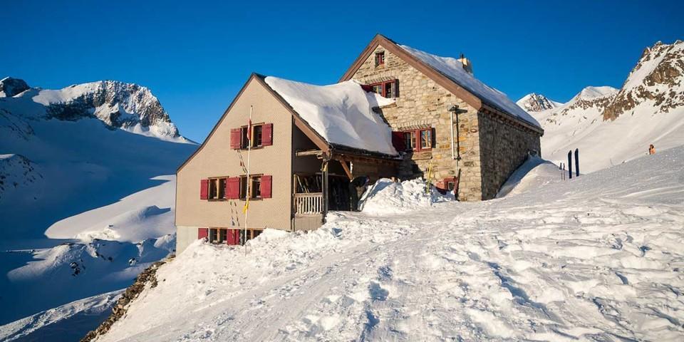 Die Rotondohütte des SAC Lägern wurde 1909 erbaut und von 2009 bis 2011 erweitert/saniert. Sie liegt auf 2.570 m über dem Witenwasserental in einem lohnenden Bergrevier. Foto: Powerpress.ch
