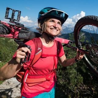 Ein gut sitzender Helm ist das A und O beim Mountainbiken. Foto: DAV/Chris Pfanzelt