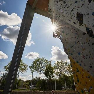 Auch Klettern an künstlichen Wänden ist Teil der Ausbildung. Foto: DAV / Frank Kretschmann