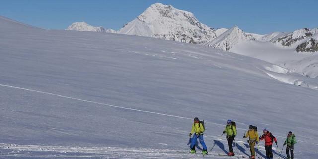 Langer Atem, weiter Blick: Gletscheraufstieg mit Blick Richtung Mont Blanc, Foto: Stefan Herbke