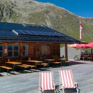Große Sonnenterrasse der gemütlichen Hexenseehütte. Im Sommer wird sie von Ehrenamtlichen bewartet. Foto: Axel Klemmer.