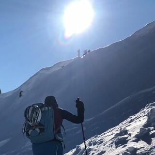 Wilde Felstürme überragen den Anstieg zur Rappenspitze zwischen Steeg und Warth. Foto: Luis Stitzinger, Alix von Melle