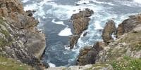 """Typischer Tiefblick """"very close to the cliffs"""": Schwindelfrei sollte man sein. Foto: Eberhard Neubronner"""