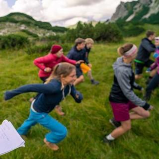Gruppenleiterin und Gruppe in Action. Foto: JDAV / Silvan Metz