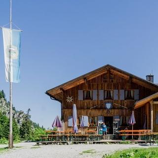 Die Tutzinger Hütte mit Sonnenterrasse, Foto: DAV/Hans Herbig