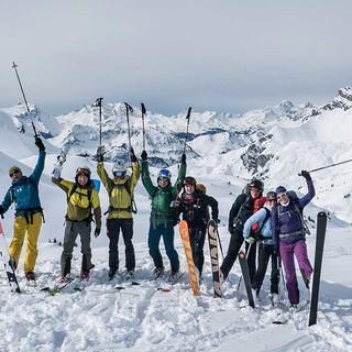 Begeisterte Skitourengruppe vor der Abfahrt. Foto: JDAV / Christoph Hummel