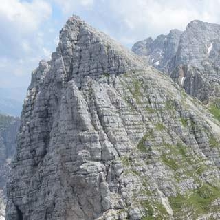 Am Montasch - Berge ohne Ende: Durch die Schrofenflanke verläuft der Sentiero Leva, Foto: Andi Dick