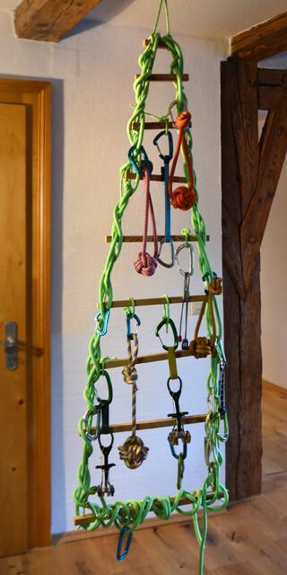 Eine kreative Weihnachtsbaum-Alternative aus Kletterausrüstung. Foto: Edelrid
