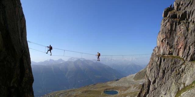 Ist eine Ferrata ohne Hängebrücke überhaupt komplett? Auch in der Schweiz scheint man das zu bezweifeln – und bereicherte das Eggishorn mit Nepal-Ambiente. Foto: Andreas Jentzsch