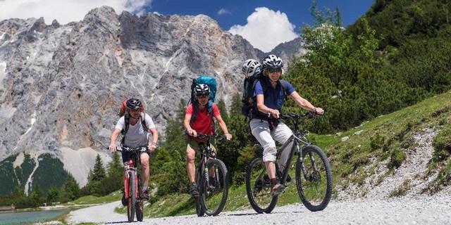 Mountainbiker aller Altersgruppen treffen sich in den Alpen, Foto: Christian Pfanzelt