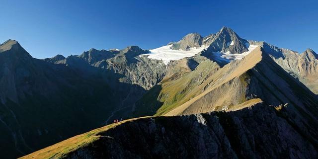 Juni: Gipfelschau vom Figerhorn über die Freiwandspitze zum Großglockner, Foto: Herbert Raffalt
