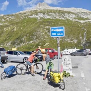 Auf dem Oberalppass liegen schon einige Höhenmeter hinter den Radlerinnen. Foto: Jochen Schmoll
