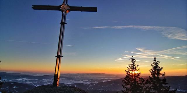 Der Große Falkenstein (1315 m) überzeugt mit Gipfelkreuz, exzellentem Panorama und stimmungsvollen Sonnenuntergängen. Foto: Joachim Chwaszcza