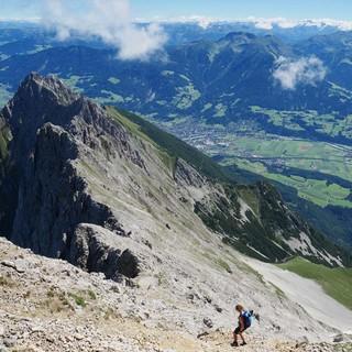 Blick von der Hochnisslspitze hinab ins Vomper Loch, Foto: Christian Rauch